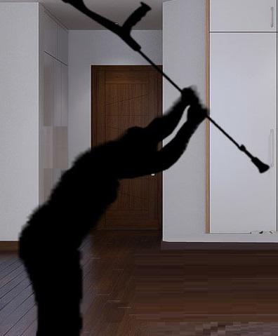 Resultado de imagem para homem é agredido com muleta